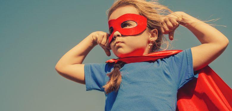Kleines Mädchen mit Superhelden Cape