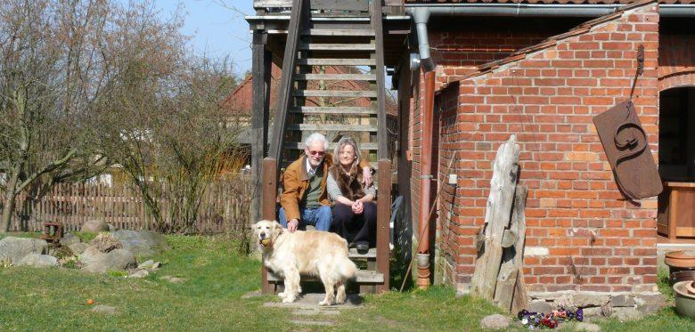 Cornelia Edding mit Partner und Hund vor ihrem Haus