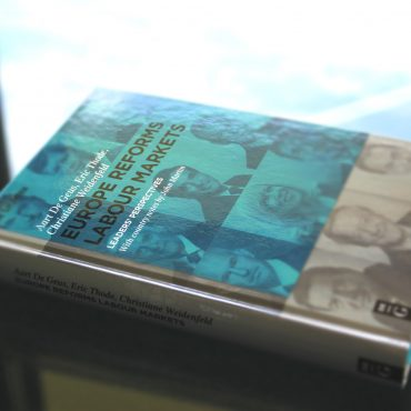 """Buch """"Eurpoe reforms labour markets"""" auf Glastisch liegend"""