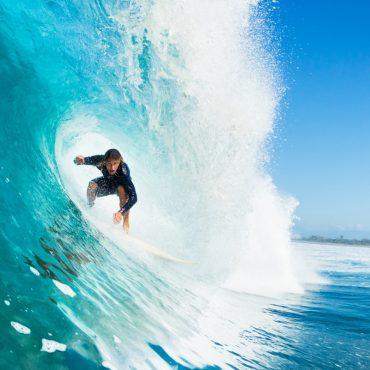 Surfer in einer Welle - EpicStockMedia/Shotshop.com