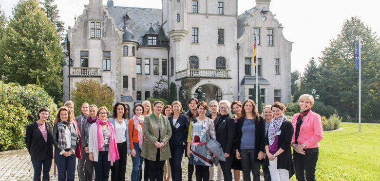 Gruppe des Executive Trainings Women and cultural Change September 2017 vor dem Schloss Tremsbüttel