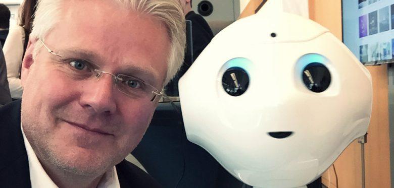 """Frank Weber mit KI-Roboter """"Pepper"""""""