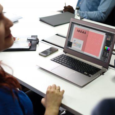 Bewerben: Es kommt imemr mehr auf scheinbar unsichtbare Fähigkeiten an; Frau vor einem Laptop, auf dem Display wird das Wort Idee angezeigt